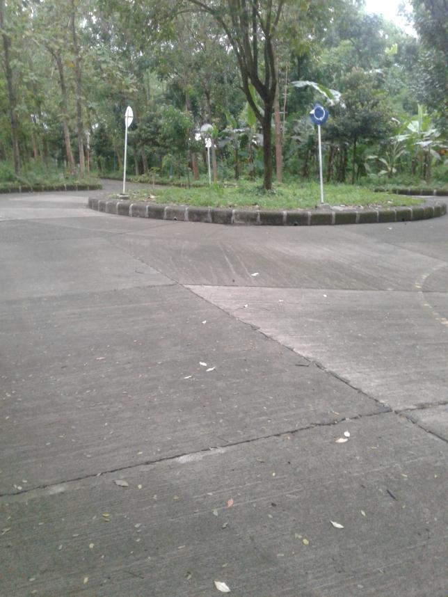 Ujung dari Gang Kenanga adalah sebuah bundaran, lurus arah Kantor Pengemudi, kanan arah Masyikhah dan kiri ke Asrama Persahabatan.
